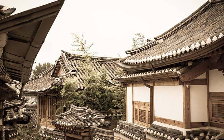 Former home to the Joseon dynasty aristocrats, Insadong is home to buildings built with traditional architecture (called hanok). Along stone-paved streets, you'll find beautiful and rare buildings that have survived modernization.