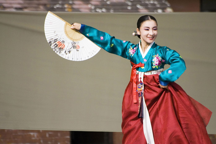 As Insadong is the center for traditional Korean culture, you can try on traditional Korean clothes (hanbok) and see traditional dance & music performances for free, a rarity in modern day Seoul.