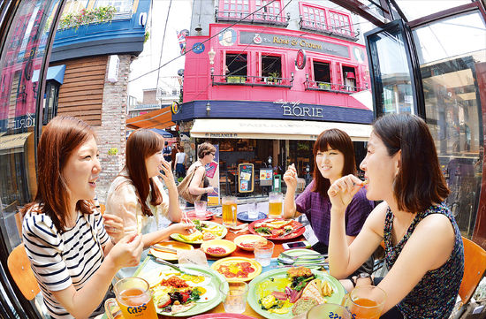 Most of the Koreans here are internationalized. They're more open minded, and many can speak English or other languages. (Photo: Hankyung.com)